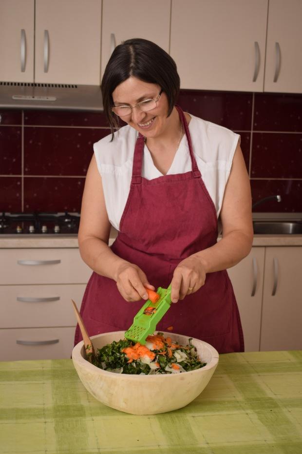 DSC_0155 preparand salata.jpg